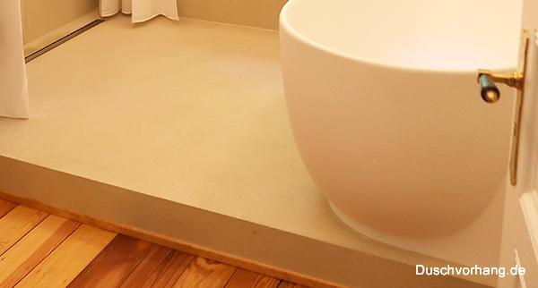 Praxis: Schaffen Sie Platz für bodeneben begehbare Dusche und Duschablauf. Platz auf dem Badezimmer Podest.