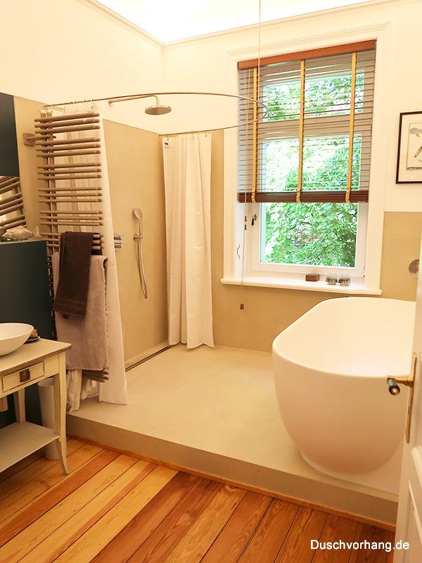 Badezimmer mit bodeneben begehbarer Dusche auf Podest