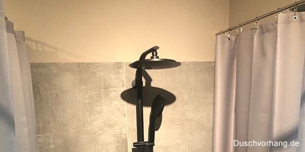 Kunden Badezimmer, mit begehbarer Dusche und Edelstahl Duschvorhangstange.